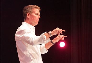 Bo Eason, former NFL safety, author, performer and speaker, inspiring his audience to be The Best (photo: courtesy of www.boeason.com)